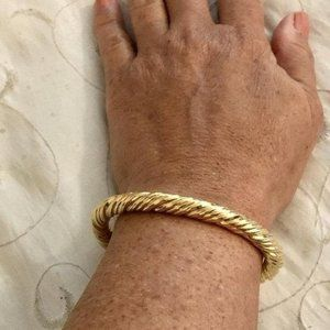 Vintage Solid 18K Gold Hinged Twist Design Bangle